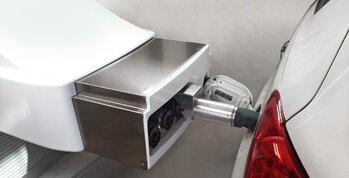 robot que trabaja en una gasolinera suministrando combustible de forma autónoma a los coches