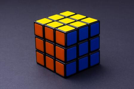 IA de la mano de un robot que realiza el cubo de Rubik