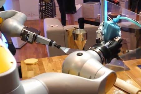 El robot camarero HoLLiE se convierte en pastelero